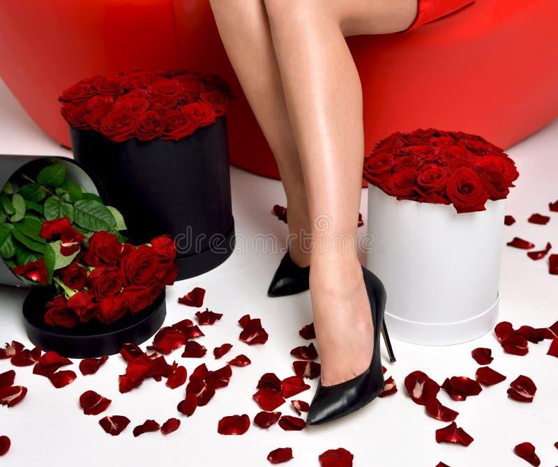 在高小山的美好的豪华时髦的女人腿与上升了 图库摄影