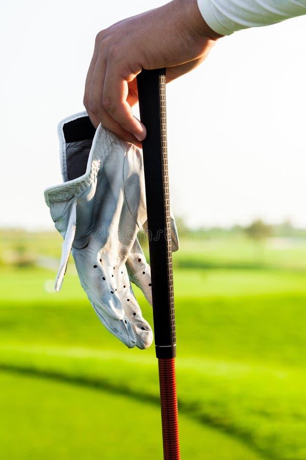 在高尔夫俱乐部的高尔夫球运动员手 库存照片