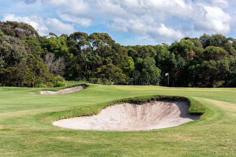 在高尔夫球区前面的沙子地堡在高尔夫球场 库存图片