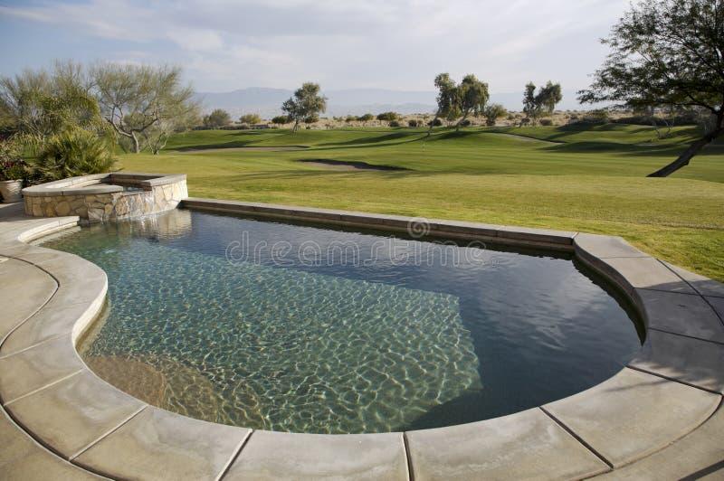 在高尔夫球场的游泳池 库存照片