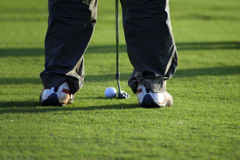 在高尔夫球场的轻轻一击 库存照片