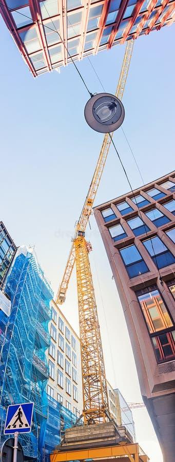 在高层建筑物上的建筑用起重机,斯德哥尔摩,瑞典 免版税库存照片