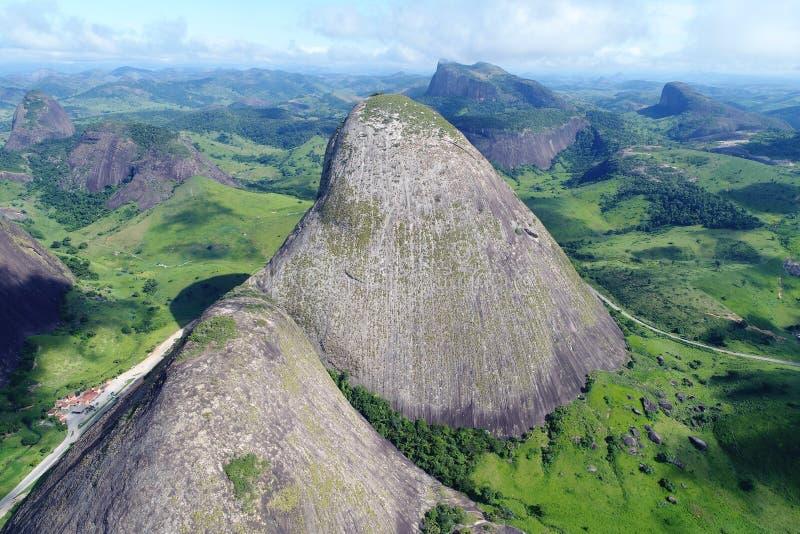 在高山和岩石之间的寄生虫飞行 免版税库存照片