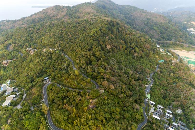 在高山图象的柏油路曲线由寄生虫概略的视图 免版税库存照片