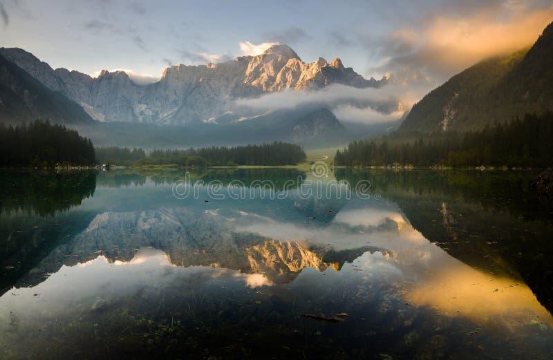 在高山湖,朱利安阿尔卑斯山的秋天 免版税库存照片