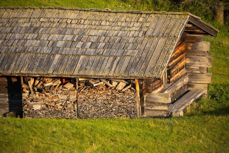 在高山牧场地, Alpe di Siusi,意大利的高山小屋 免版税库存照片