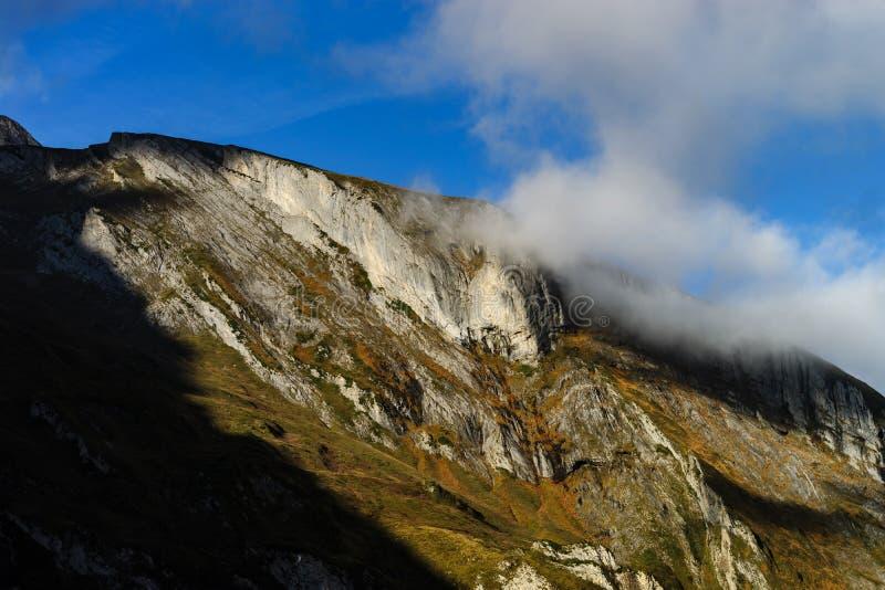 在高山的云彩,比利牛斯,有雾和多云 图库摄影