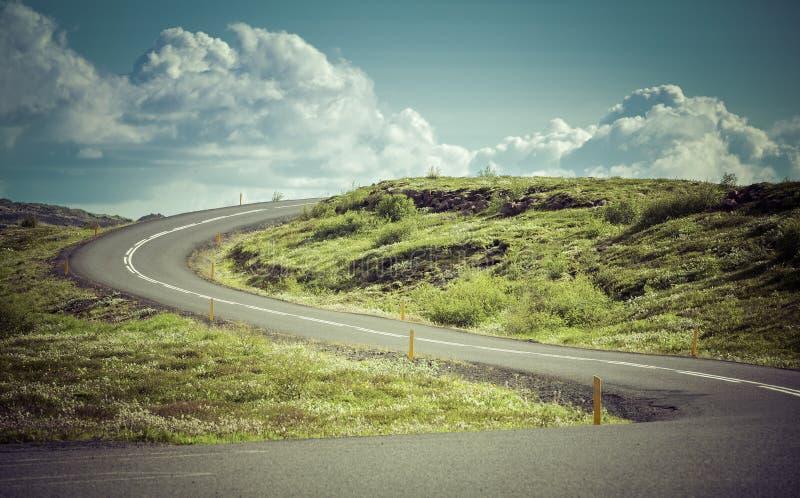 在高山的弯曲的柏油路 免版税库存照片