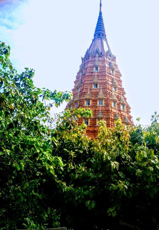 在高山站立老虎洞泰国的佛教寺庙 库存照片