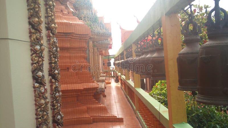 在高山站立老虎洞泰国的佛教寺庙 免版税库存图片