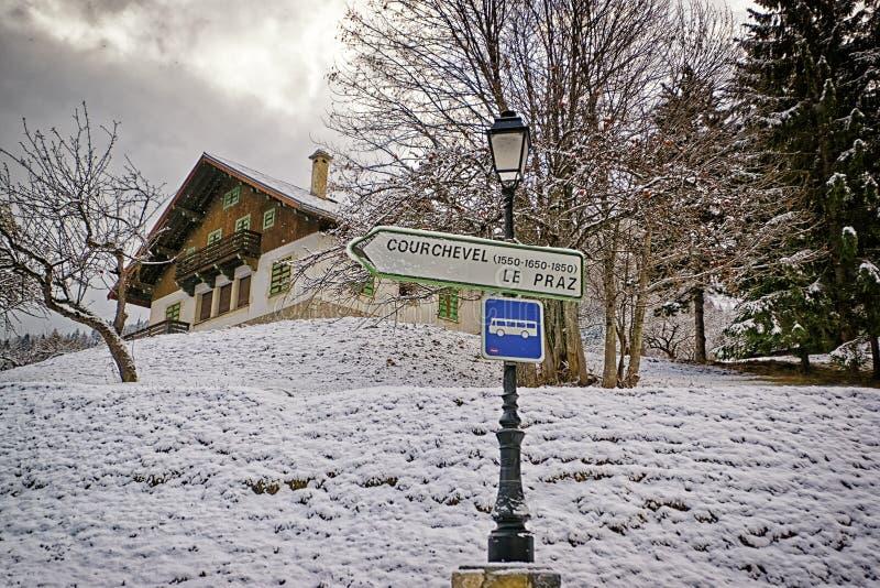 在高山路的路标向Courchevel滑雪胜地 库存照片