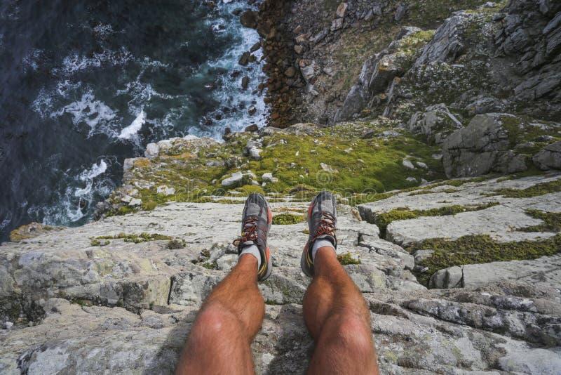 在高峭壁边缘的远足者 图库摄影