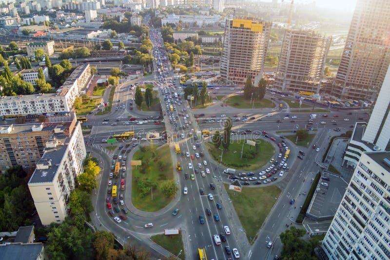 在高峰时间,两层的公路交叉点空中寄生虫视图  在繁忙的都市高速公路的交通堵塞有圈子的 有lo的拥挤的街 库存图片