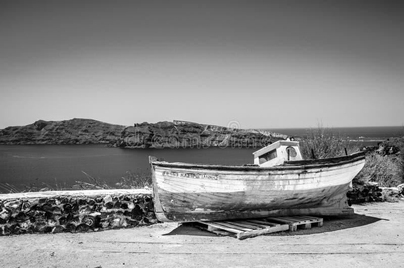 在高度的一条残破的小船镇 免版税库存图片