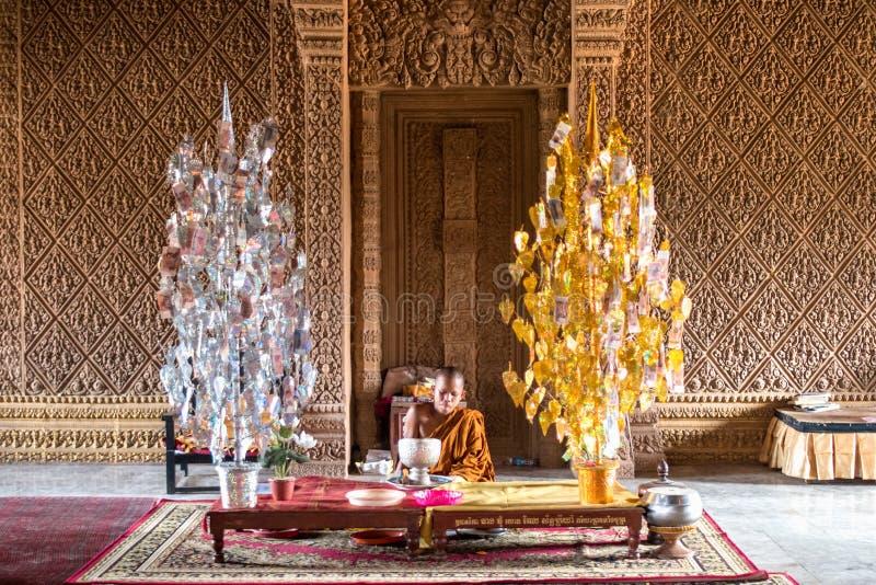 在高棉新年节日期间的和尚 免版税库存照片