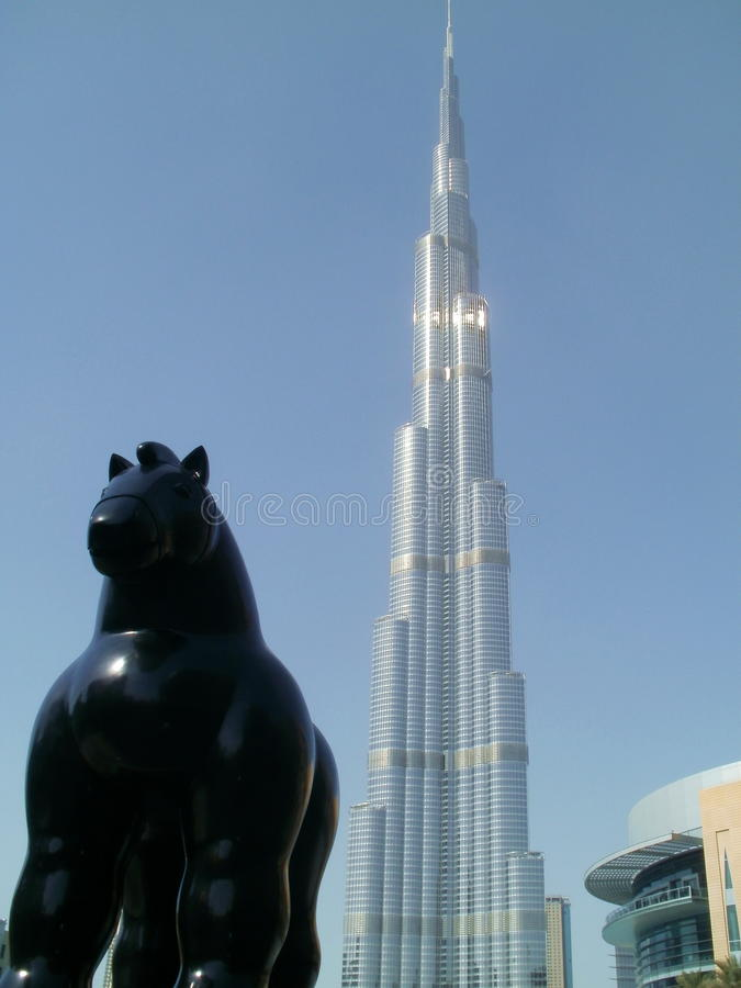 在高楼前面的一匹马在世界上 免版税库存图片