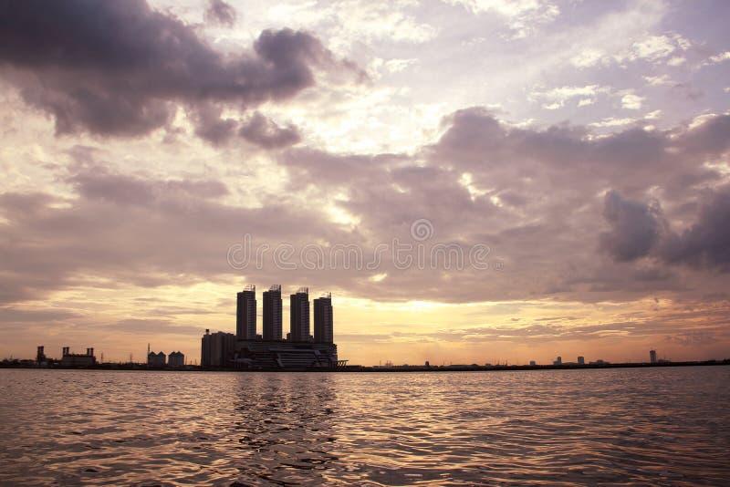 在高楼的日落在海滨 免版税库存图片