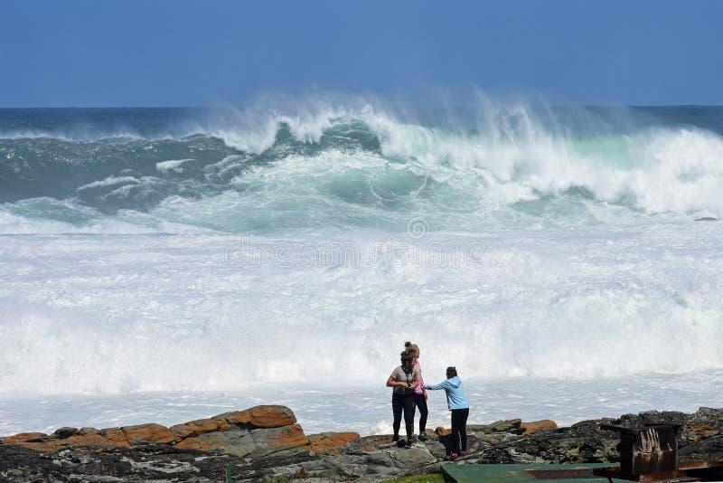 在高波浪, Tsitsikamma国家公园,南非附近的女孩 库存照片