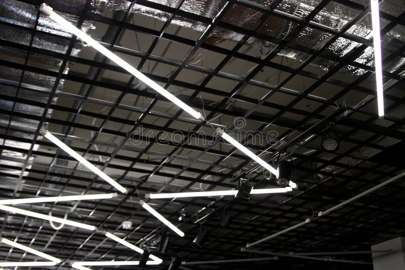 在高科技天花板的日光灯-包括的白天灯 库存图片