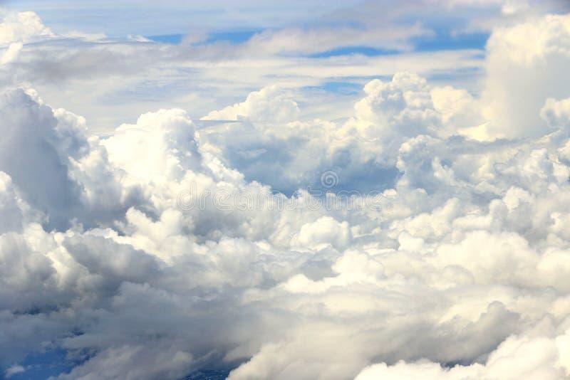 在高级态度,从airplan的窗口的看法的白色云彩天空 库存照片