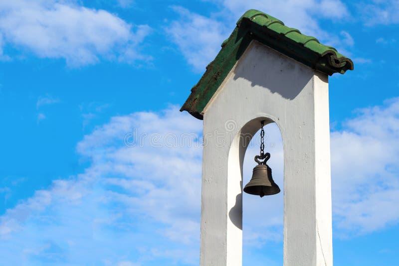 在高耸白色墙壁的Churchbell  天主教会大厦 免版税图库摄影