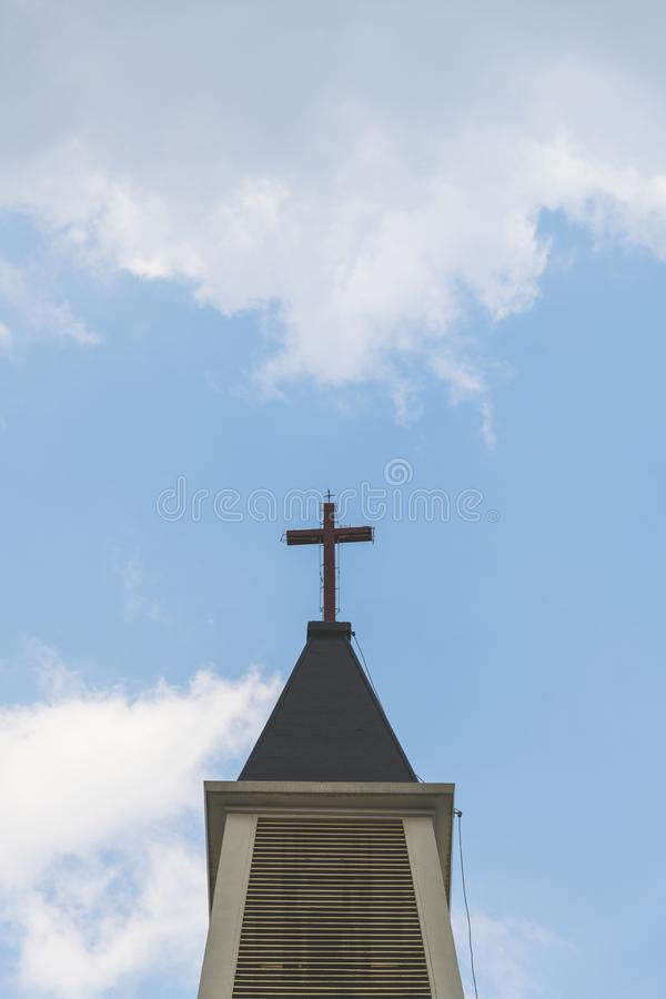 在高耸顶部的一个十字架 免版税库存图片