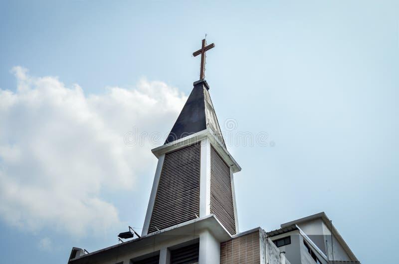 在高耸顶部的十字架 库存图片