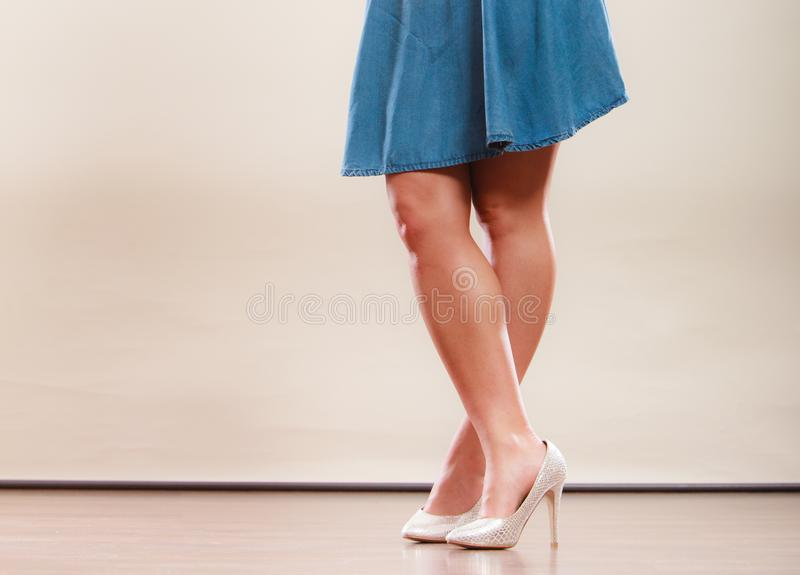 在高跟鞋和裙子的性感的跳舞妇女腿 免版税图库摄影