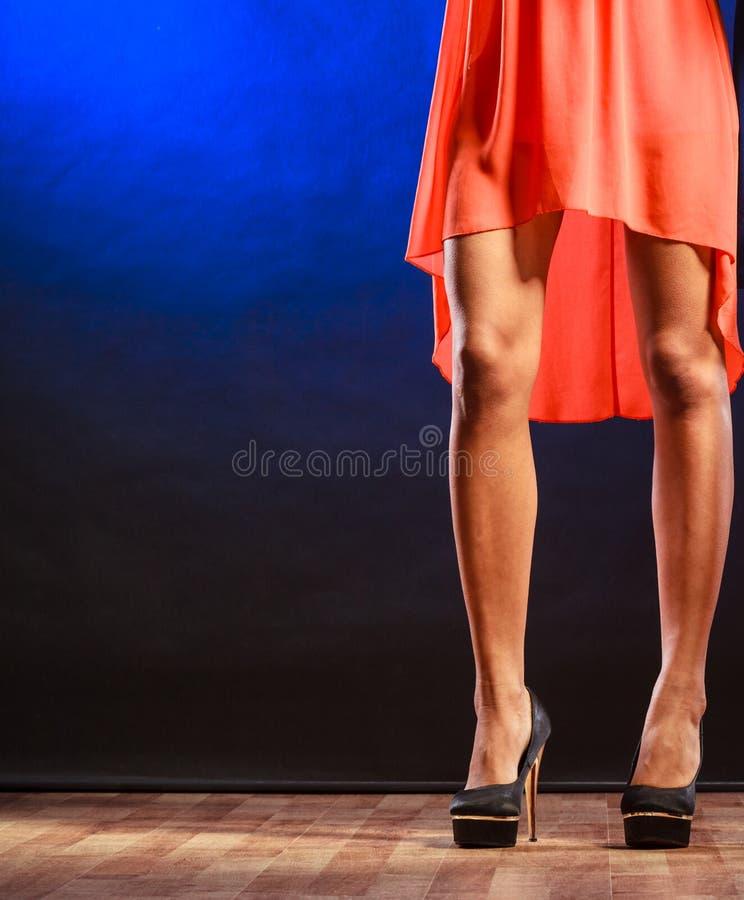在高跟鞋的妇女腿 图库摄影