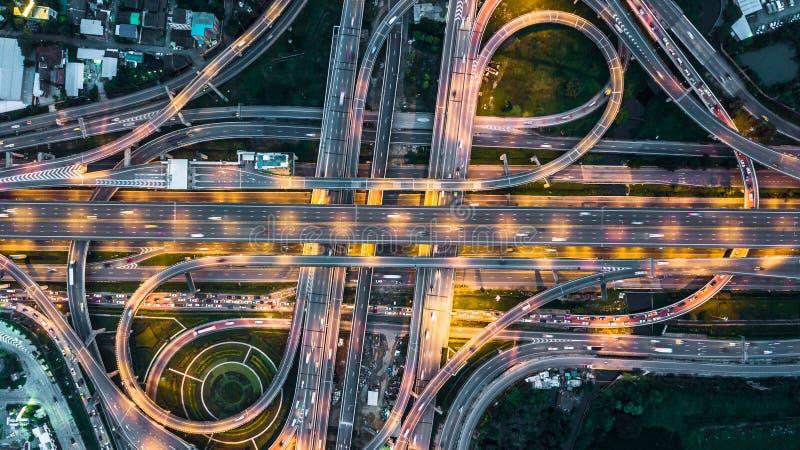 在高速公路、高速公路和机动车路的顶视图在晚上, Aeri 免版税库存图片