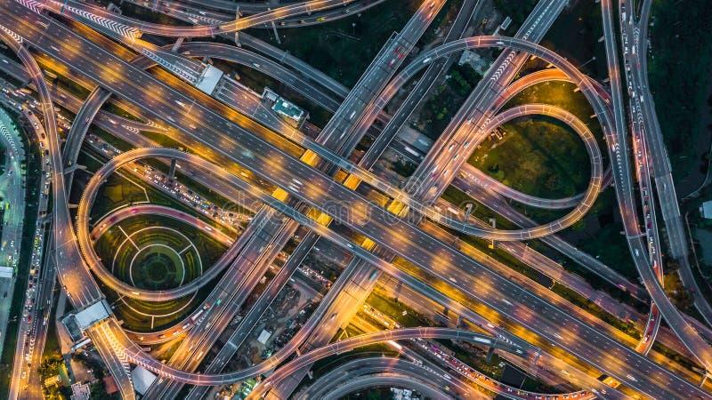 在高速公路、高速公路和机动车路的顶视图在晚上, Aeri 图库摄影