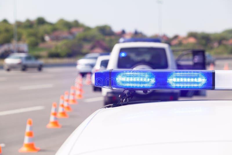 在高速公路交通控制期间的警车应急照明 免版税库存图片