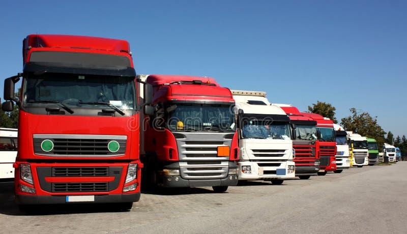 在高速公路停车场的卡车 免版税库存图片
