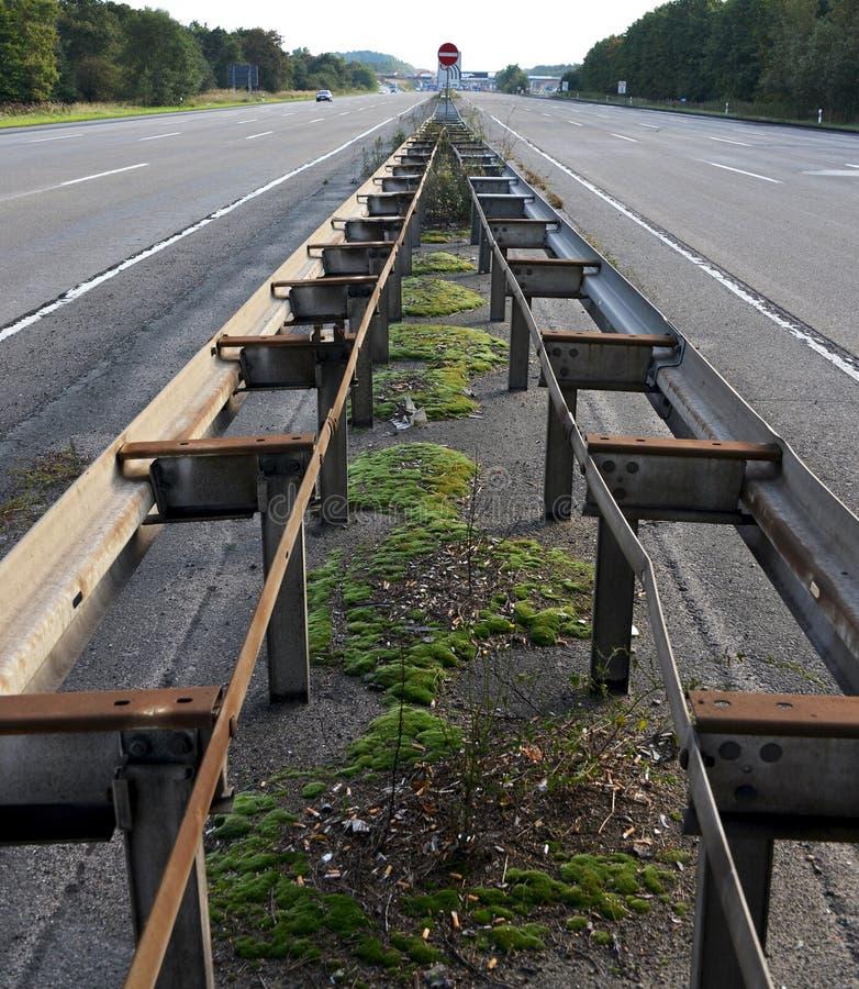 在高速公路的中央障碍 库存图片
