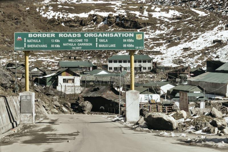 在高速公路的交通定向标志板在城市的入口在印度中国边界附近的在乃堆拉山口在的山口附近 图库摄影