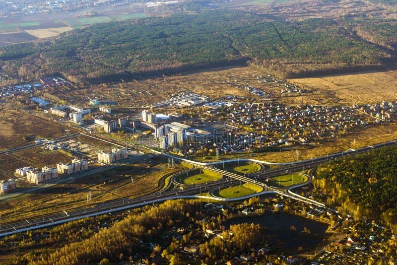 在高速公路的公路交叉点,鸟瞰图,俄罗斯 免版税图库摄影