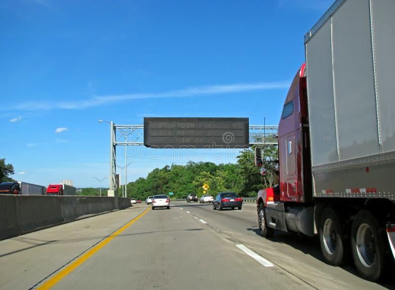 在高速公路的卡车和汽车 免版税库存图片
