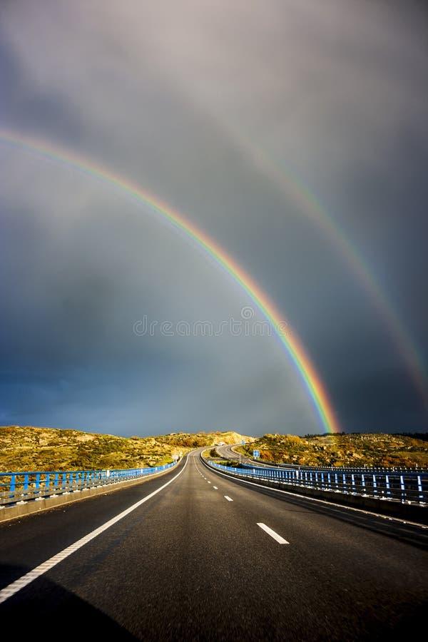 在高速公路的双重彩虹 图库摄影