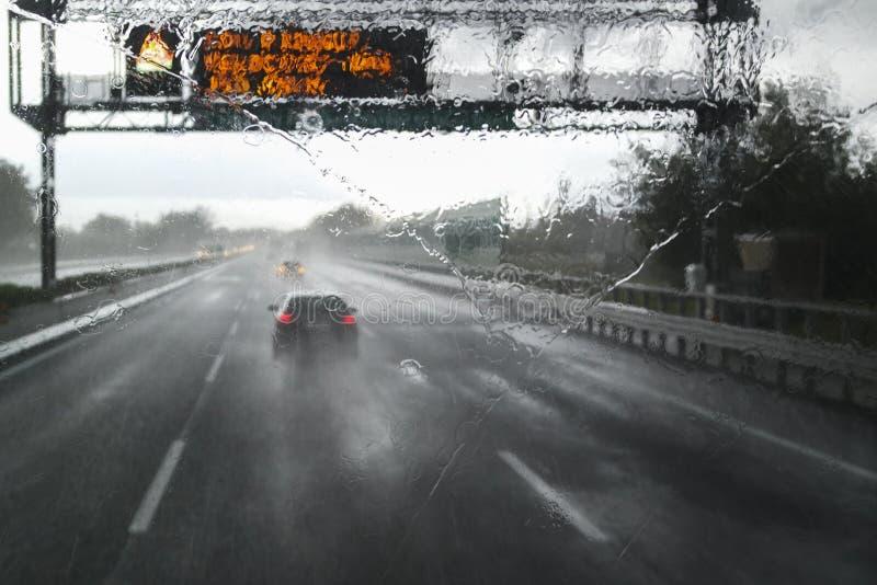 在高速公路的恶劣天气 库存照片
