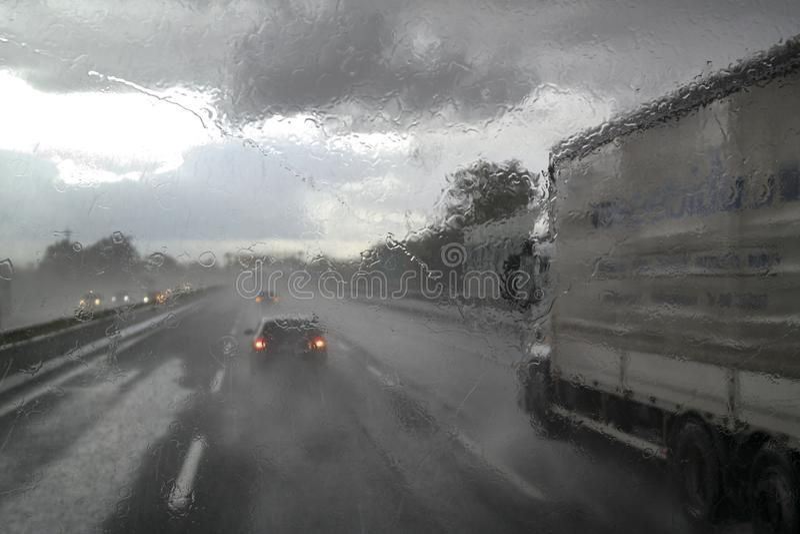 在高速公路的恶劣天气 免版税库存照片