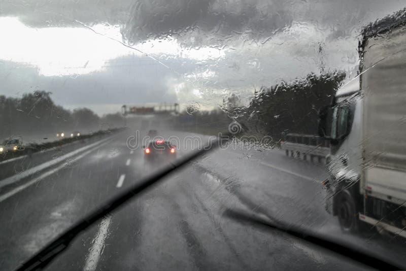 在高速公路的恶劣天气 库存图片