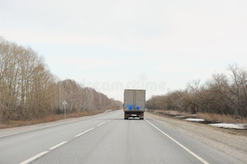 在高速公路的旅行的卡车前 看法从走的汽车的后面 免版税库存照片