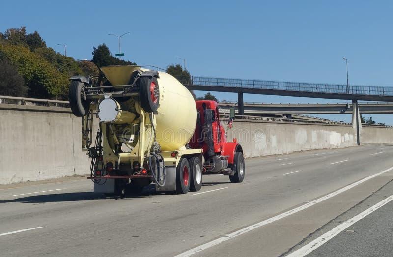 在高速公路的水泥搅拌车 免版税库存照片