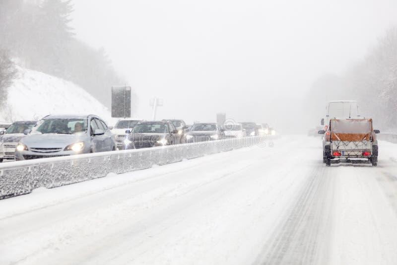 在高速公路的汽车在飞雪期间 免版税库存照片