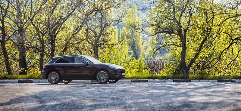 在高速公路的汽车移动沿森林 免版税库存图片