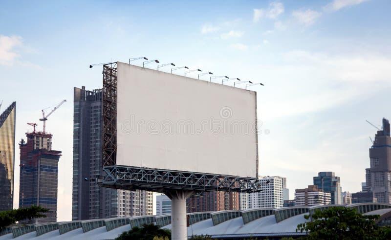 在高速公路的空白的大广告牌在城市镇 免版税库存图片