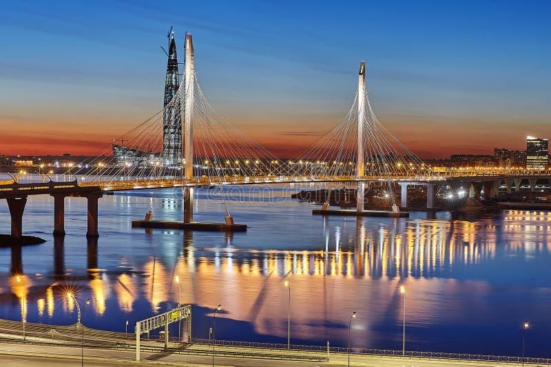 在高速公路的鸟瞰图有在日落, Russi的缆绳被停留的桥梁的 免版税库存照片