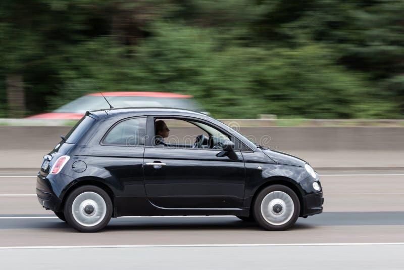 在高速公路的黑菲亚特500 免版税图库摄影