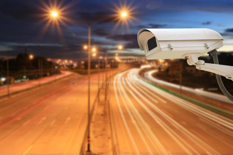 在高速公路路的CCTV照相机在暮色天空背景中 库存照片
