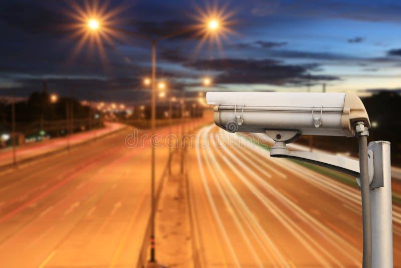 在高速公路路的CCTV照相机在暮色天空背景中 免版税库存图片